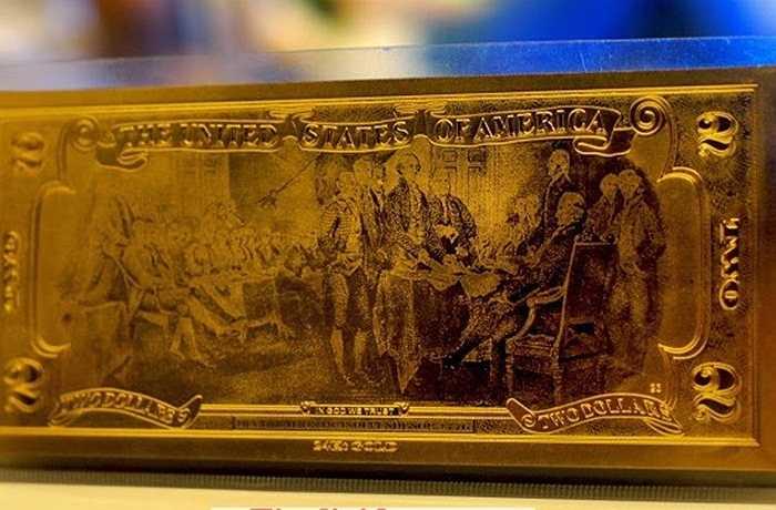 Tờ tiền 2 USD luôn được coi là đồng tiền may mắn nhất trong các đồng tiền. Tại một số trang rao vặt, đồng 2 USD mạ vàng 24K được cho là nhập từ Hong Kong, giá rao bán 100.000 đồng có kèm bao lì xì.