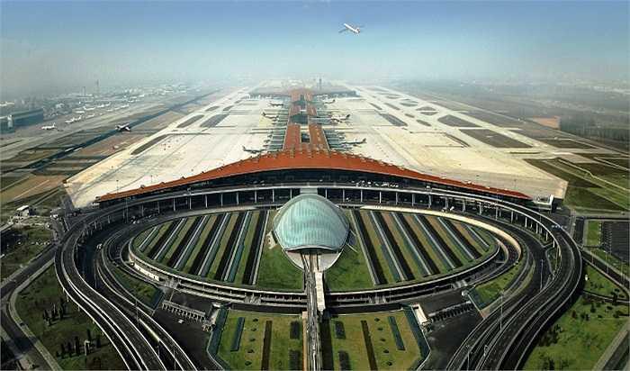 Nhà ga số 3 của Sân bay Quốc tế Bắc Kinh, Trung Quốc cũng được thiết kế tập trung vào tính hiệu quả, bền vững và tràn ngập ánh sáng tự nhiên.