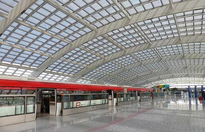 Mái vòm của nhà ga được thiết kế thành một đường lượn cong với những cửa sổ kính để đón nhận tối đa ánh sáng mặt trời. Việc đi lại giữa các nhà ga chỉ mất chưa đầy 2 phút với tàu cao tốc chạy 80 dặm trên một giờ, cùng với đó là hệ thống sưởi ấm và làm mát thông minh được trang bị nhằm giảm thiểu việc tiêu thụ năng lượng trong sân bay.