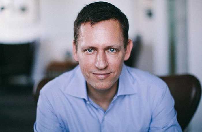 Peter Thiel là tỷ phú Mỹ, sở hữu khối tài sản trị giá  2,1 tỷ USD. Tài sản của Thiel hầu hết đến từ 10% cổ phần Facebook mà ông đang nắm giữ và hoạt động của PayPal - công ty Peter Thiel là một trong những người đồng sáng lập. Có lẽ mối quan hệ với Facebook và ông chủ giản dị của mạng xã hội hàng đầu thế giới đã giải thích một phần thói quen kinh doanh khá lập dị của Thiel, khi vị này từ chối làm ăn với những đối tác mà ông cho rằng họ 'thích ăn vận bảnh bao'