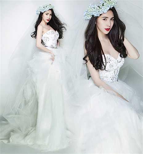 Vóc dáng yêu kiều của nữ ca sĩ xinh đẹp luôn hoàn hảo trong bất kỳ bộ đầm cưới nào.