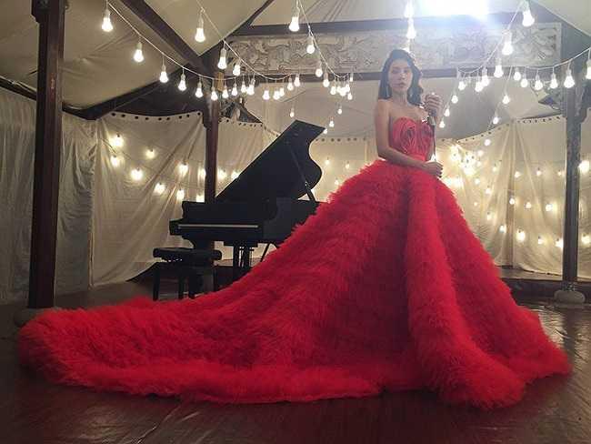 Bộ đầm đỏ lộng lẫy mà cô lựa chọn để mặc trong MV mới nhất của mình.