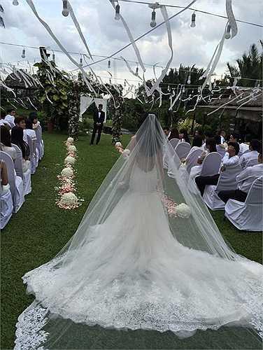 Người đẹp gây xôn xao khi đăng tấm hình đám cưới của hai người. Tuy nhiên, đây thực chất là hình ảnh trong MV có sự xuất hiện của ông xã Công Vinh.