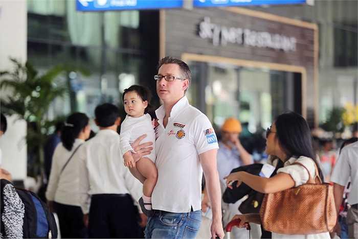 Nữ ca sĩ Đoan Trang cùng với chồng và con gái vừa đáp chuyến bay từ sân bay Tân Sơn Nhất ra Phú Quốc để tham dự một sự kiện diễn ra vào tối 18/12/014.