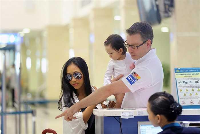 Một số hình ảnh của vợ chồng Đoan Trang tại sân bay Tân Sơn Nhất.