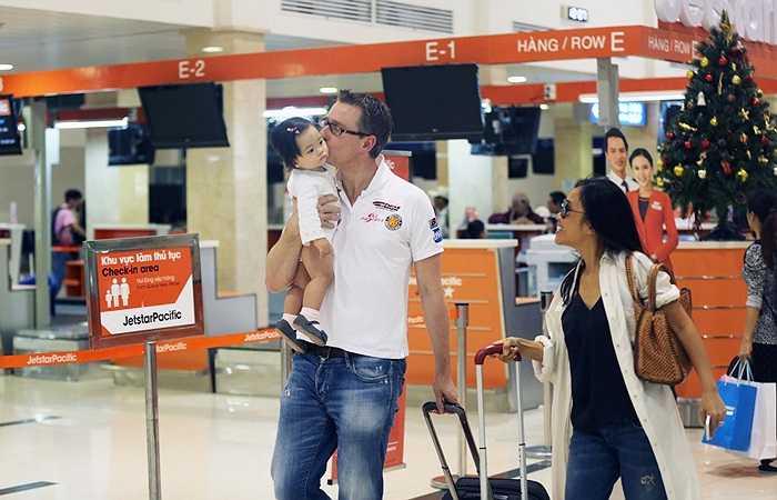 Bé Sol – con gái của Đoan Trang – được bố bế suốt buổi. Anh cũng liên tục dành cho con gái những nụ hôn tình cảm.