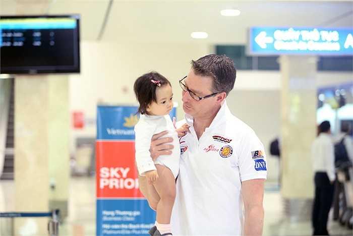 Khi làm thủ tục lên máy bay, do gặp một chút trục trặc về giấy tờ nên vợ chồng Đoan Trang đã phải mất thời gian khá lâu.