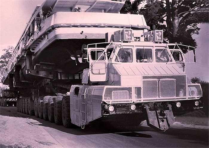 MAZ-7907 là chiếc xe 12 trục có kích thước khổng lồ: dài 30 m, rộng 4,8 m, cao 4,5 m. Xe sử dụng động cơ turbine khí công suất 1250 mã lực, loại động cơ thường dùng cho xe tăng hạng nặng của Liên Xô cũ.