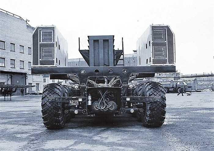 Tự trọng của chiếc MAZ-7907 là 65,8 tấn, tải trọng tối đa 150 tấn. Động cơ khỏe cho phép chiếc xe đi được trên địa hình xấu, thậm chí cả trên đường đất với tốc độ tối đa 25km/h.