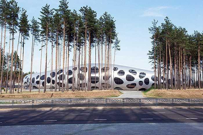 Với sức chứa 13.000 chỗ, nhà thi đấu tại Borisov, Belarus được thiết kế đặc biệt, trông giống như một qủa cầu được bơm phồng và có các lỗ thoát khí ở xung quanh. Đây là công trình nằm sâu trong rừng của CLB FC Bate.
