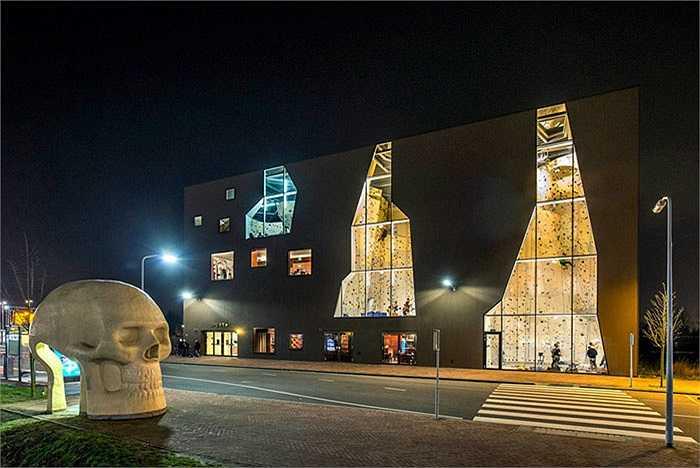 Văn phòng kiến trúc NL ở Amsterdam vừa hoàn thành công trình mới với một mặt tiền gây sự chú ý ở các mặt tường cửa sổ của trung tâm thể thao ở Dordrecht, Hà Lan. Điểm đặc biệt của công trình này là mọi người có thể tham gia leo núi ở các bức tường dựng đứng