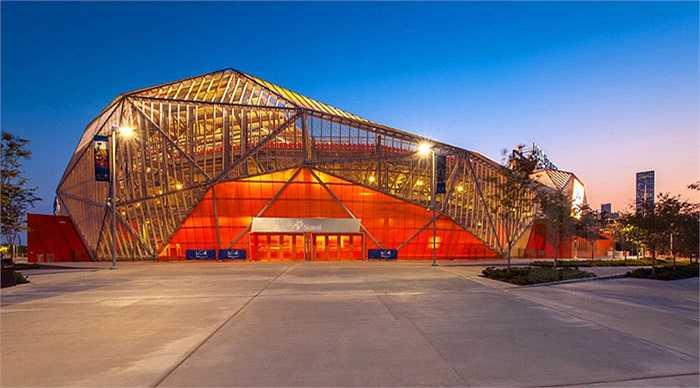 Cung thể thao BBVA ở Texas, Mỹ được thiết kế đặc biệt với hình tam giác nổi ở phía bên ngoài cùng những mảng màu cam bắt mắt. Nó có sức chứa tối đa là 22.000 khán giả và còn có thể sử dụng trong các buổi hòa nhạc