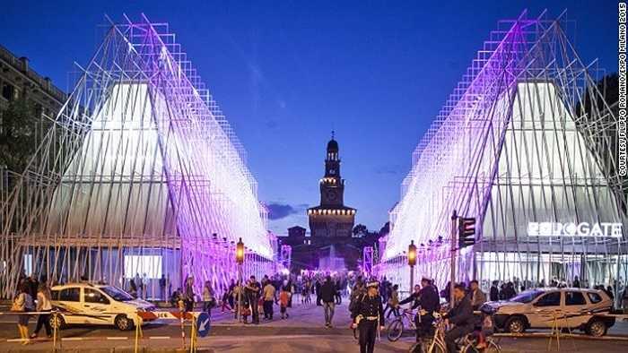Milan được biết đến là kinh đô thời trang của Italia chuẩn bị đăng cai Expo 2015. Ước tính có khoảng 15 triệu du khách sẽ tới thăm thành phố trong dịp này.