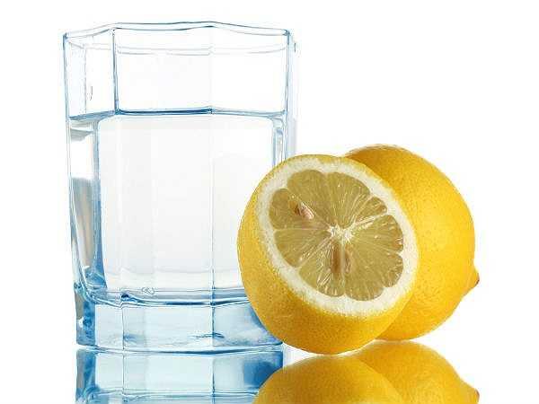 Nước chanh: Nước chanh sẽ kích thích tiêu hóa và hoạt động chức năng gan, hỗ trợ quá trình đào thải độc tố ra khỏi cơ thể.