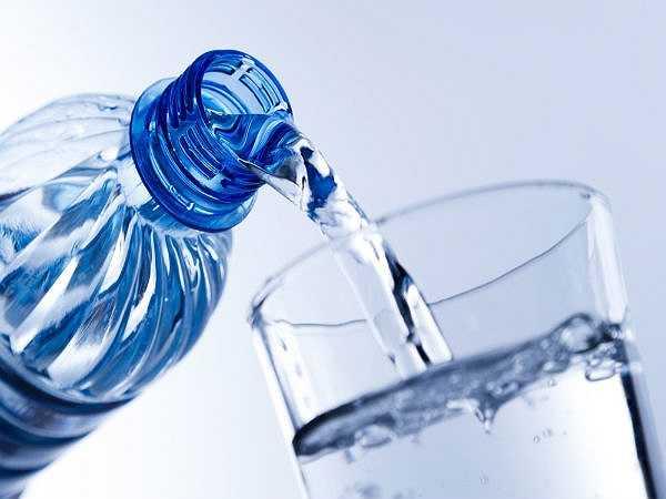 Nước: Hãy chắc chắn rằng bạn uống ít nhất tám ly nước mỗi ngày. Điều này là quan trọng vì chúng sẽ giúp loại bỏ tất cả các độc tố ra khỏi cơ thể, giảm mụn nhọt, tình trạng táo bón và cho bạn một thân hình cân đối.