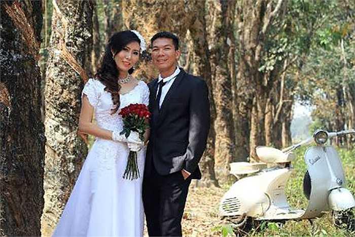 Trước đó, cựu thủ quân U19 Việt Nam Đức Nhân đưa bà xã Thu Hiền về dinh sau 6 năm tìm hiểu và yêu nhau đầy lãng mạn