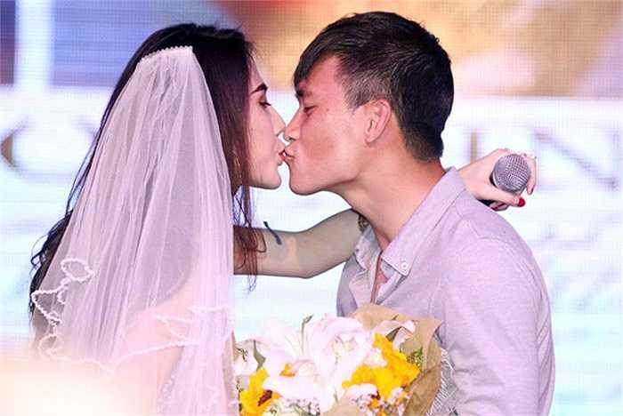 Trước đó, bộ đôi nổi tiếng nhất nhì showbiz Việt đã từng có một đám cưới ngẫu hứng ngay trên sân khấu