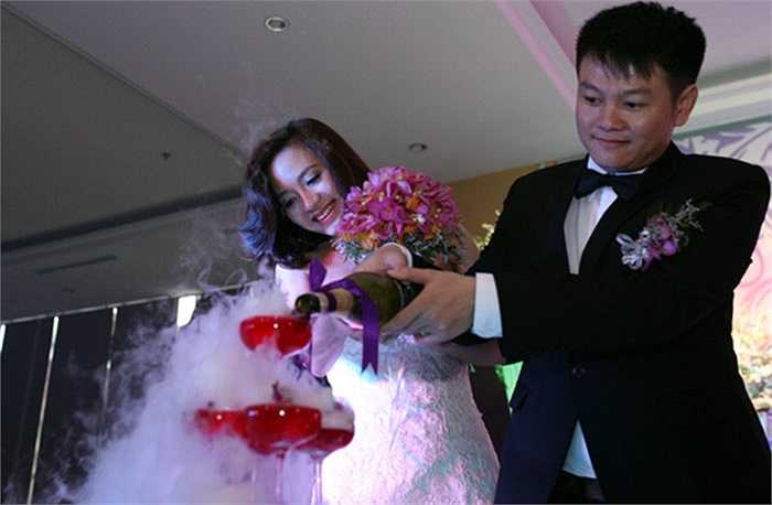 Cặp đôi tân lang tân nương vui vẻ trong lễ cưới