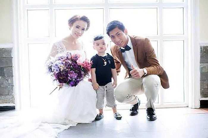 Cũng trong thời gian Văn Quyến cưới, thủ thành Tuấn Mạnh đã tranh thủ dịp World Cup 2014 để xây dựng tổ ấm của anh