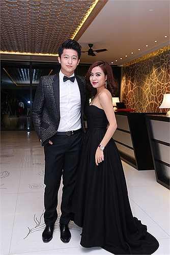 Cùng góp mặt trong lễ công bố giải thưởng Ngôi sao của năm, Hoàng Thuỳ Linh và Harry Lu lại tiếp tục quấn quýt với nhau như hình với bóng