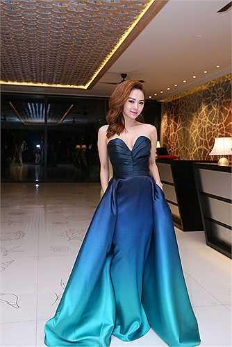 Chiếc váy có tông màu xanh ombre khá bắt mắt