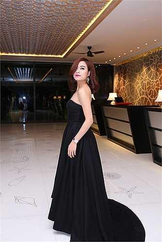 Hoàng Thuỳ Linh chọn cho mình một thiết kế váy quây với màu đen huyền bí