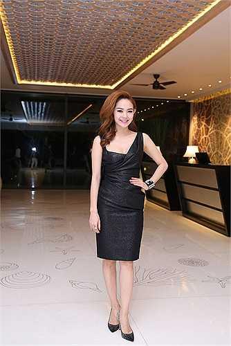 Cũng chọn cho mình một tông màu đen, nhưng Minh Hằng lại chọn thiết kế váy ngắn và lệch vai đơn giản