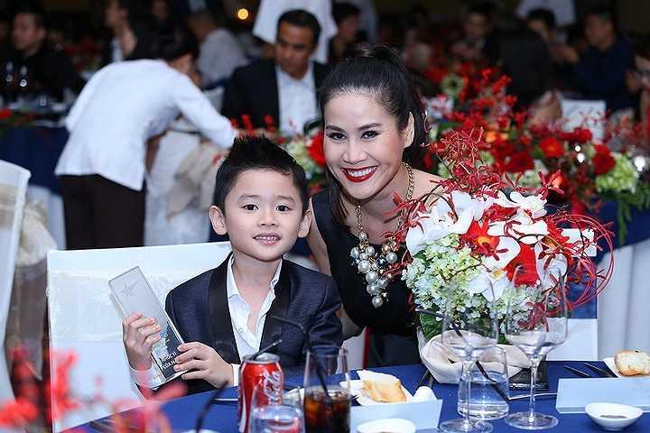 Bé Duy Anh, con trai nữ diễn viên Thân Thuý Hà nhận giải Nhóc tỳ của năm