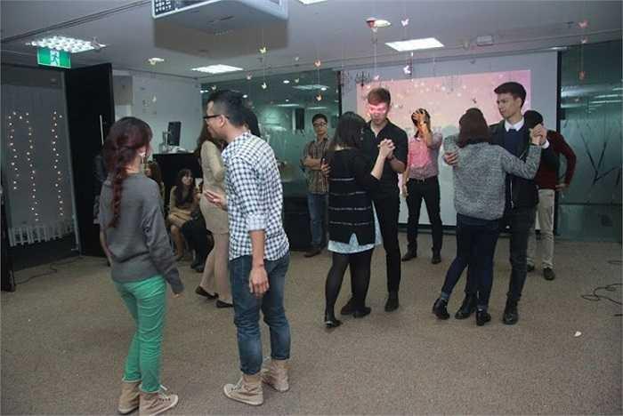 Các giáo viên chuyên nghiệp hướng dẫn cách slow dance để các khách mời có những bước nhảy uyển chuyển nhất.