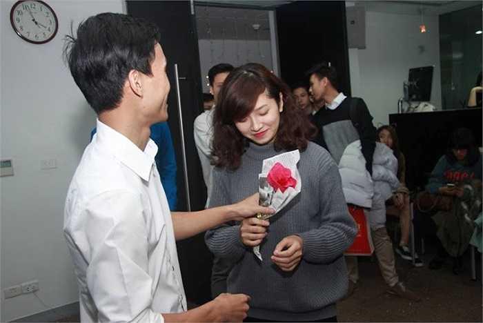 Bạn nam phải tặng hoa để mời bạn nữ mới được chấp nhận cùng khiêu vũ.