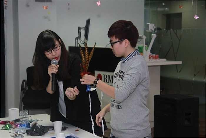 Sinh viên hướng dẫn các khách mời cách làm mặt nạ đi dự tiệc.