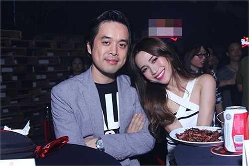 Ca sỹ Sỹ Thanh e ấp bên cạnh nam nhạc sỹ Dương Khắc Linh.