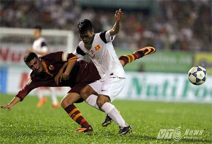 Lê Văn Sơn sau đó mang về một quả 11m để U19 Việt Nam có bàn gỡ hòa.(Ảnh: Quang Minh)