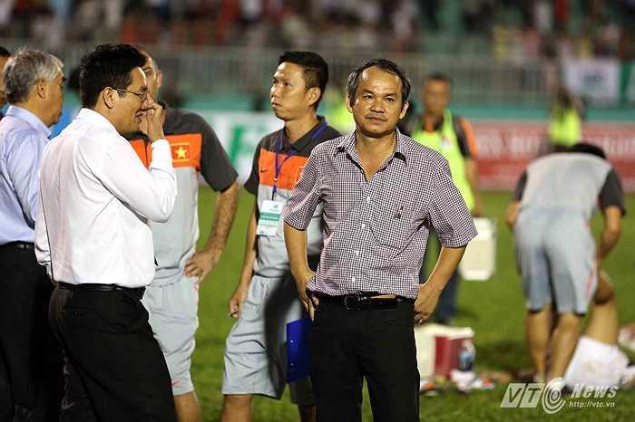Nhưng chung cuộc khi trận đấu khép lại, bầu Đức tràn sân với vẻ mặt thế này. U19 Việt Nam chịu thất trận 1-2 trước một U19 AS Roma bản lĩnh, hiệu quả.(Ảnh: Quang Minh)