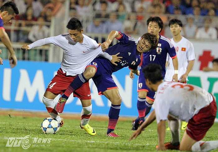 Bất ngờ thật nhưng theo chiều ngược lại. U19 Việt Nam sớm thua rồi liên tục thủng lưới.(Ảnh: Quang Minh)