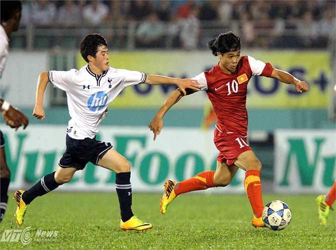 Thua đậm U19 Nhật Bản nhưng người hâm mộ không quay lưng với U19 Việt Nam. Họ trở thành động lực tinh thần để thầy trò HLV Graechen có trận cuối tưng bừng trước U19 Tottenham. (Ảnh: Quang Minh)