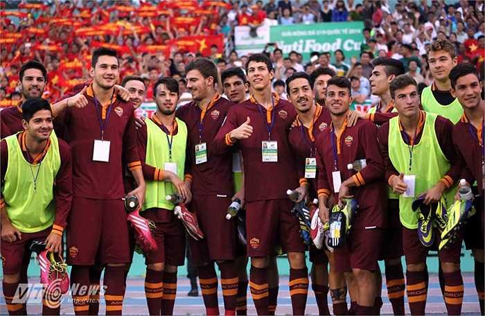 U19 AS Roma đến Thống Nhất là làm đối thủ đầu tiên. Họ lấy làm ngạc nhiên bởi sự cuồng nhiệt của khán giả Việt Nam dành cho một lứa U19.(Ảnh: Quang Minh)