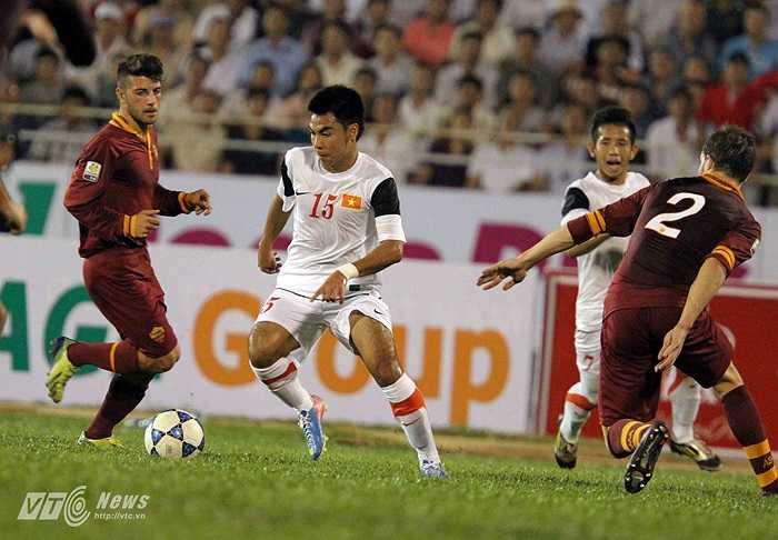 AS Roma bị ép sân và liên tục phải chống trả những pha phối hợp, đi bóng kỹ thuật của U19 Việt Nam.(Ảnh: Quang Minh)