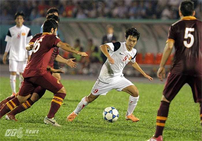 Chơi hay nhưng dứt điểm không hay, U19 Việt Nam nếm mùi phản công. AS Roma sau khi đứng vững trước sức ép, đã tung ra đòn đánh cực nhanh và chính xác để có bàn thắng vượt lên.(Ảnh: Quang Minh)