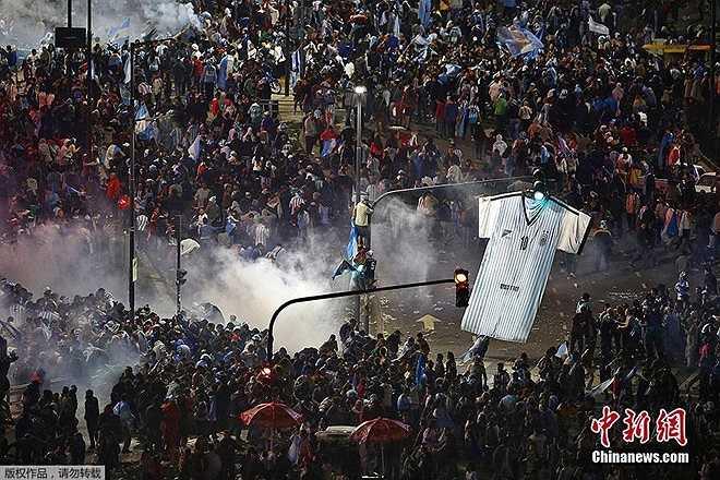 Sau trận Argentina thua Đức ở chung kết World Cup 2014 vào ngày 13/7, người hâm mộ đội tuyển xứ sở tango tại Buenos Aires tức giận do đội nhà thua cuộc, dẫn đến đụng độ với cảnh sát.