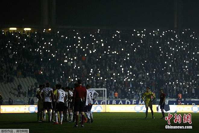 Trong trận đấu giữa Besiktas và Tottenham Hotspur vào ngày 12/12, sau sự cố mất điện trên sân Ataturk Olympic, người hâm mộ dùng điện thoại tạo nên màn chiếu sáng trên khán đài. (Theo Zing.vn)