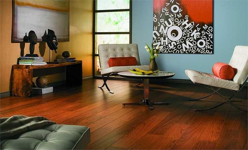 1. Lau khô sàn gỗ thường xuyên  So với việc lâu lâu mới vệ sinh sàn gỗ một lần thì việc lau chùi hàng ngày với khăn khô là mẹo cơ bản nhất giúp sàn luôn được sạch sẽ mà không phải dùng đến nước hay các loại chất tẩy rửa.
