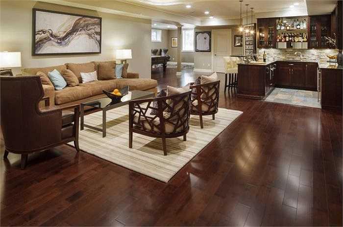 4. Lau sàn gỗ bằng nước nóng  Sau một thời gian khi sàn gỗ cần được lau rửa thì nước nóng sẽ là chất tẩy rửa nhẹ nhàng mà hiệu quả nhất mà bạn nên sử dụng. Tất nhiên bạn nên dùng cùng với khăn, chổi lau và không nên đổ nước trực tiếp lên sàn.