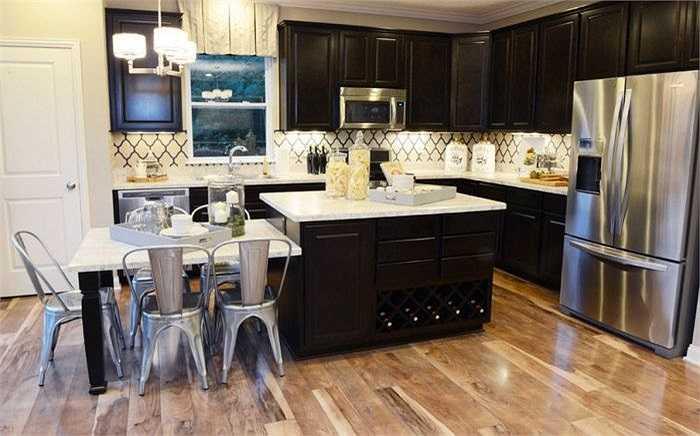 8. Không nên sử dụng máy đánh bóng  Bạn không nên dùng những loại máy đánh bóng để làm sạch trên sàn gỗ. Nó sẽ phá hỏng toàn bộ mặt sàn và thậm chí bạn sẽ phải thay thế loại toàn bộ sàn nhà. Những loại máy này chỉ được sử dụng cho các loại sàn gỗ cứng.