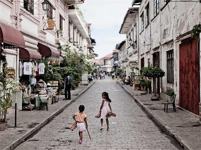 7. Vigan, Philippines. Vigan là một trong số ít thành phố mang phong cách từ thời thuộc địa Tây Ban Nha và Bồ Đào Nha còn lại Philippines. Vigan nổi tiếng với những con đường lát đá cuội và kiến trúc độc đáo. Thành phố này được UNESCO công nhận là di sản thế giới.