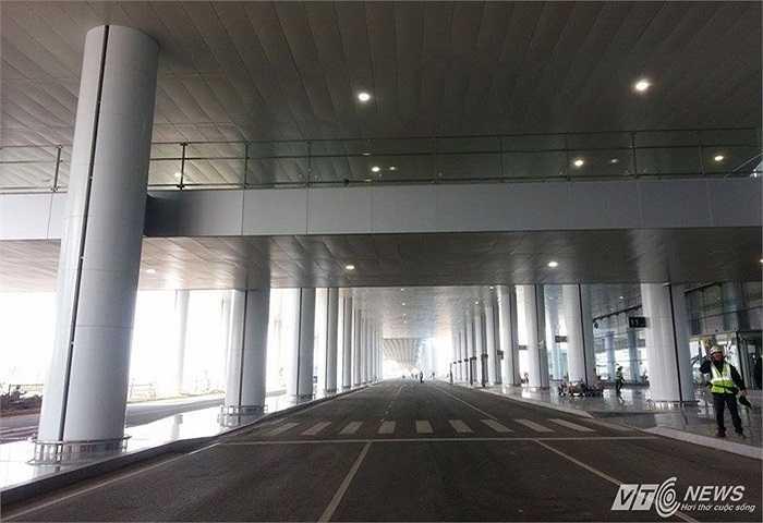 Nhà ga T2 được khởi công xây dựng ngày 4/12/2011, có tổng vốn đầu tư gần 900 triệu USD, tương đương hơn 18.000 tỷ đồng (khoảng 2/3 vay vốn ODA của Nhật). Như vậy, sau đúng 3 năm thi công, công trình đã hoàn thành, đưa vào vận hành đúng tiến độ, với công suất khai thác lên tới 10-15 triệu hành khách.