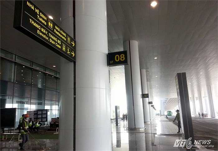 Khu tầng một dành cho hành khách đến; tầng hai phục vụ luồng khách đi và đến; tầng ba dành cho hành khách đi; tầng bốn cho thuê nhượng quyền khai thác và sảnh công cộng. Riêng tầng hầm để vận chuyển hàng vào cách ly và hào kỹ thuật.