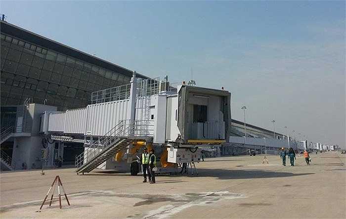 14 cầu dẫn này có thể phục vụ 14 máy bay cỡ lớn hoặc 28 máy bay cỡ vừa và nhỏ đảm bảo vận tải không để xảy ra tình trạng ùn tắc như nhà ga T1.