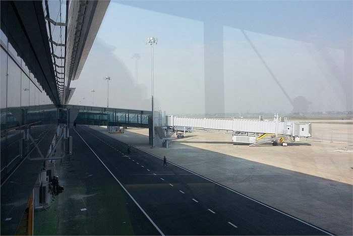 Theo Tổng công ty Cảng Hàng không Việt Nam (ACV), nhà ga mới T2 được xây theo hình tuyến tính, gồm 4 tầng (không kể tầng hầm) với tổng diện tích gần 140.000m2.