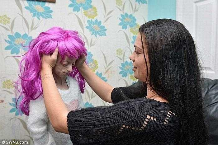 2 tháng trước, Ashanti đã phải bỏ một bộ tóc giả màu hồng vì nhà trường nghĩ điều đó khuyến khích những đứa trẻ khác nhuộm tóc. Vì thế, cô bé đã không muốn đến trường nữa.